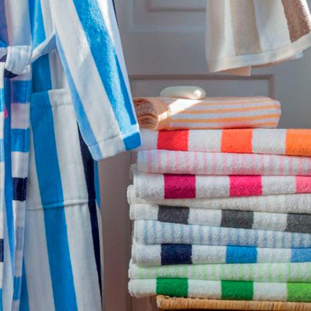 Colección de albornoces y toallas para el hogar